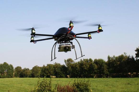 Un mini-elicottero telecomandato che può vedere attraverso i muri di cemento armato.