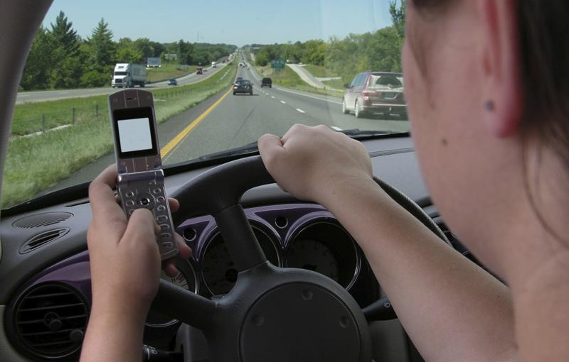 USA: gli sms alla guida causa della morte di 11 giovani al giorno